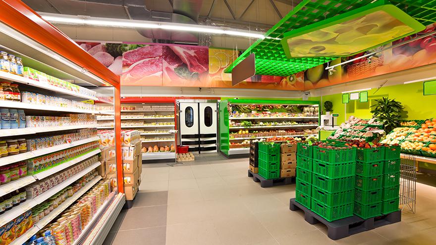 gôndolas com varios produtos num supermercado.