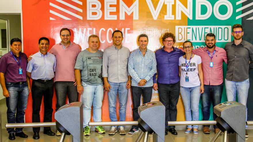 Foto dos executivos da CISS e da CONSTRUMARQUES na entrada da SEDE CISS em Dois Vizinhos/PR