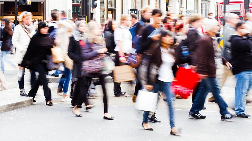 multidão de pessoas caminhando com compras.