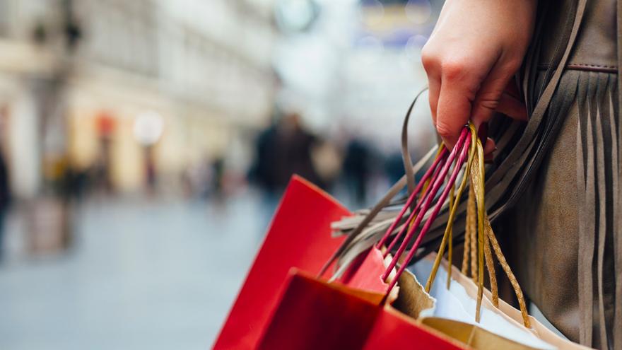 pessoa andando com sacola de compras.