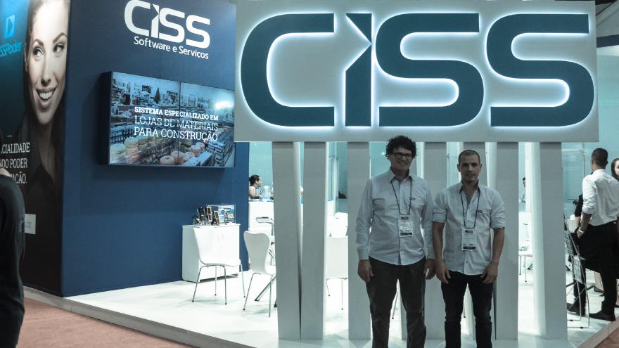 Robson e Gilson Tedesco em frente ao estande da CISS na FEICON 2016