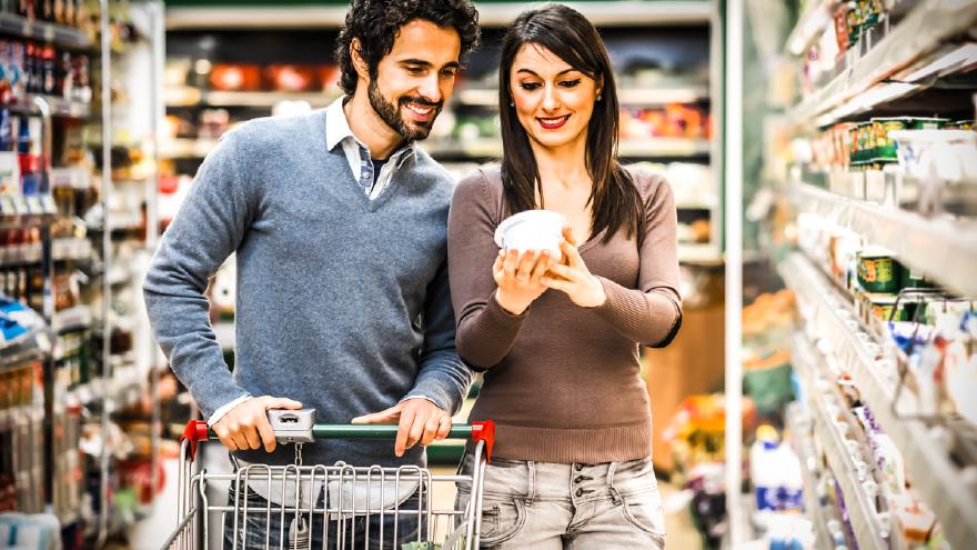 Homem e mulher comprando no supermercado