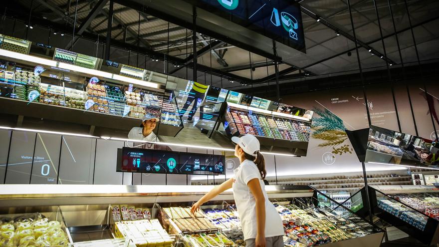 mulher em supermercado fazendo compras