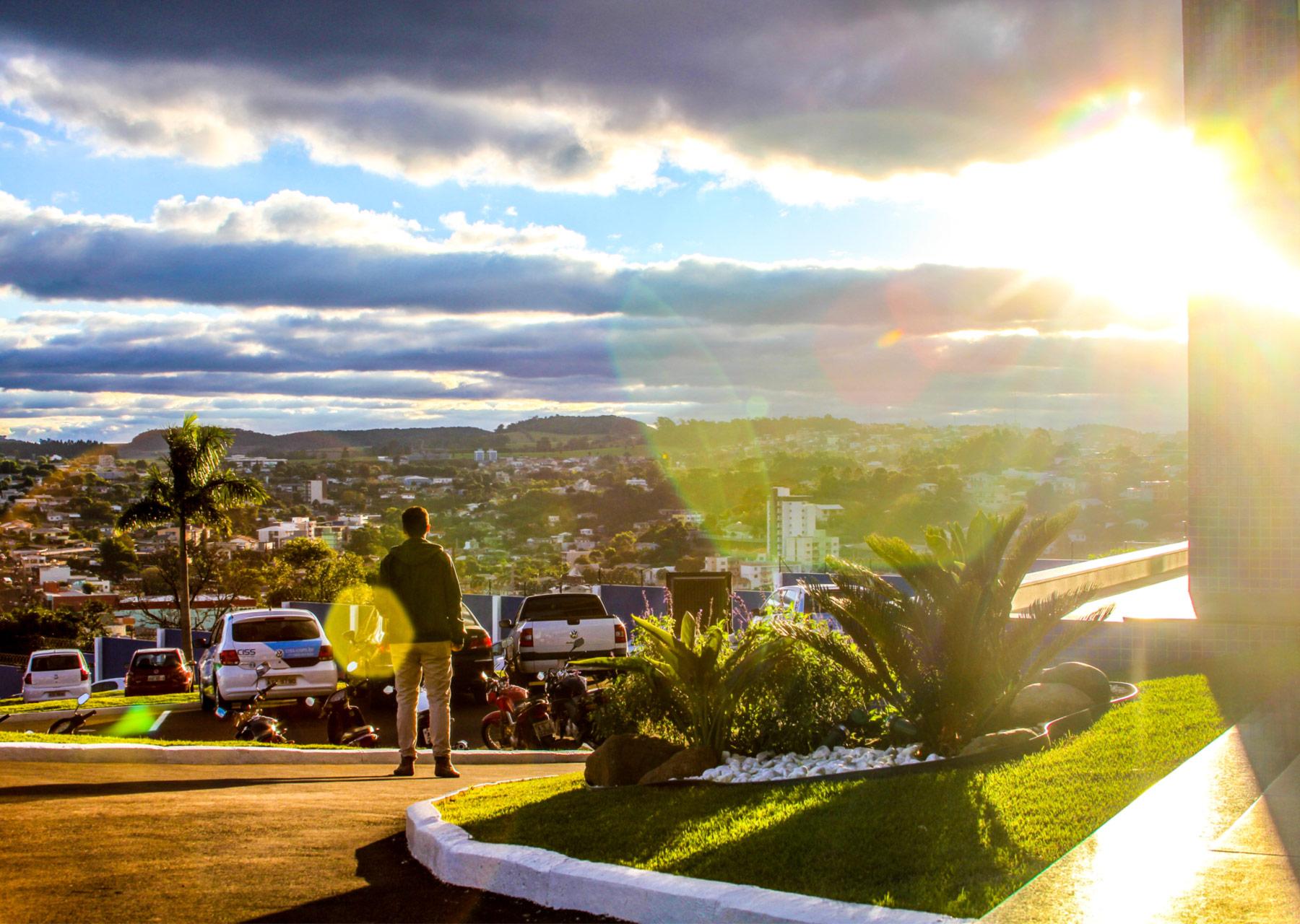 Colaborador da CISS, olhando para a Cidade de Dois Vizinhos/PR sob o por do sol