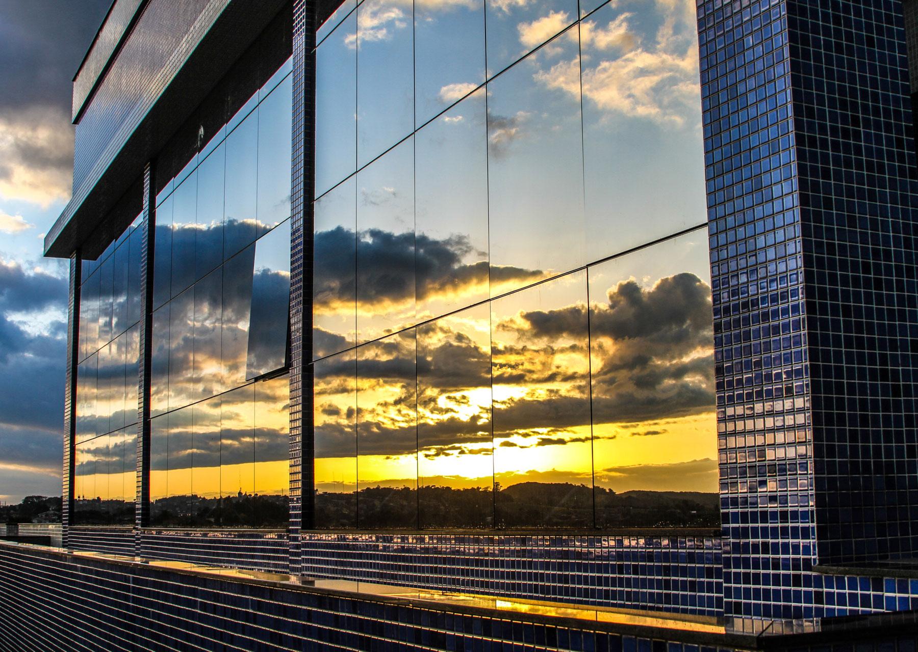 Por do sol nas vidraças da CISS