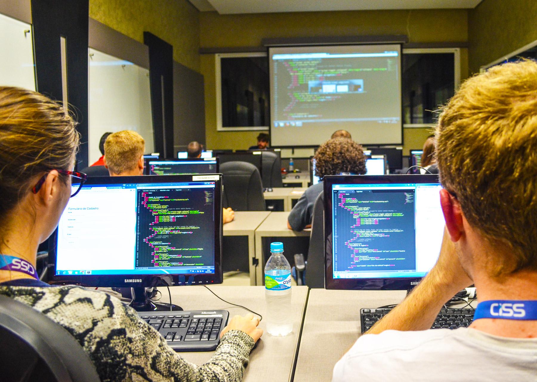 Colaboradores da CISS recebendo treinamento na UniCISS