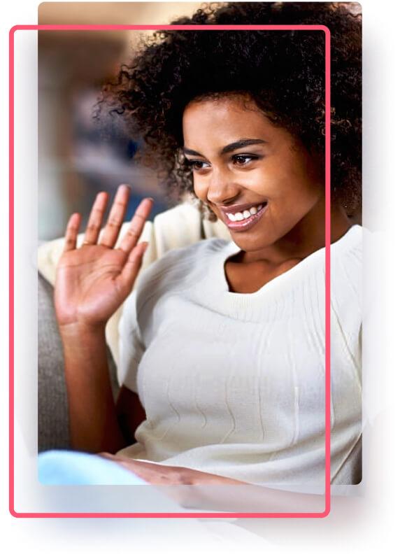 Recursos CISSFly - Mulher preta sorrindo com a mão levantada
